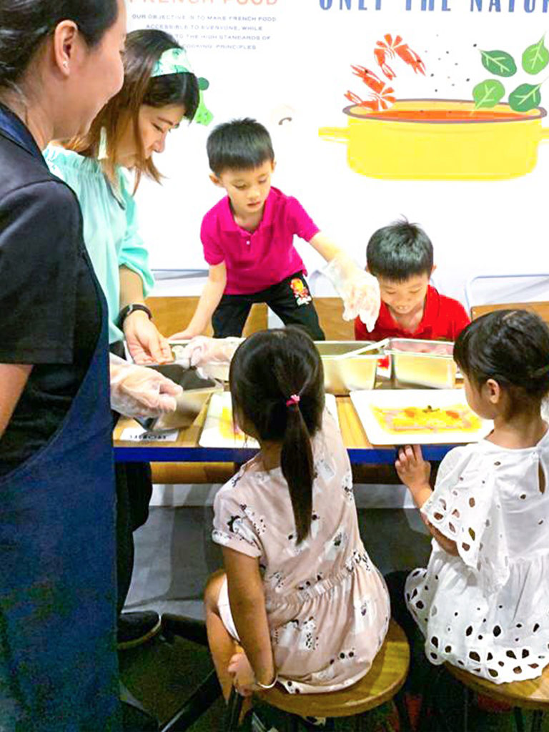 Peilin Storyteller with Children